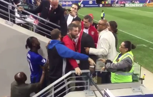 Drogba s�accroche avec des supporters